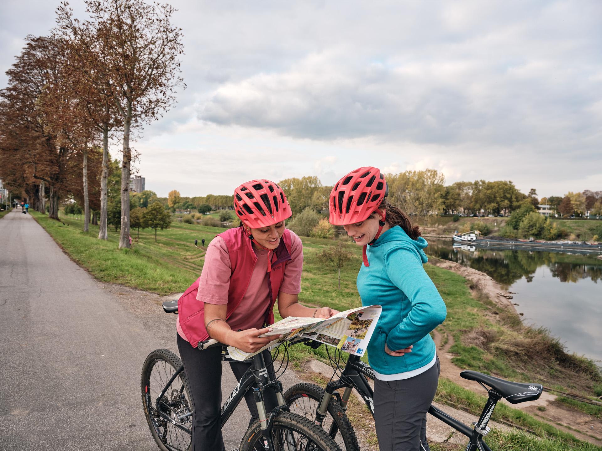 Mannheim Radfahrerinnen mit Karte